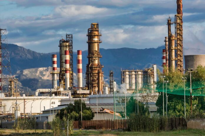Oil-prices-drop-while-US-crude-rises